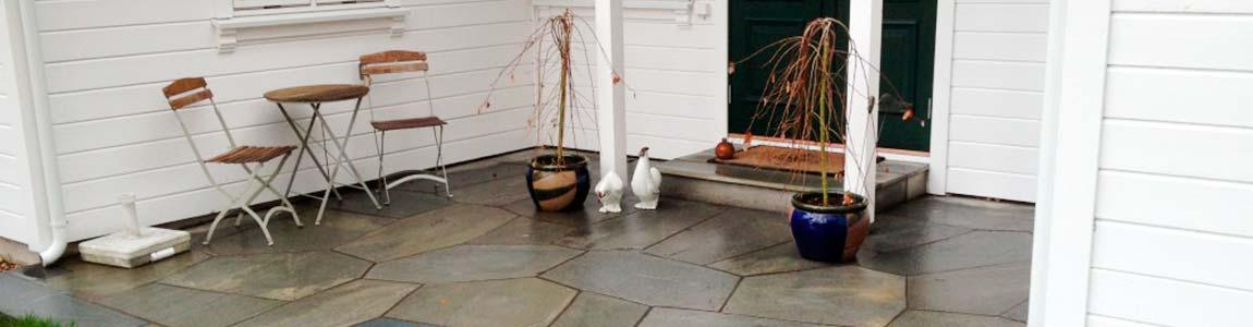 Naturstein ved inngangsparti til hus